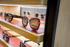 Διάφορος των γυαλιών ήλιων στα ράφια επίδειξης καταστημάτων Στοκ Φωτογραφίες