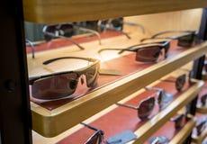 Διάφορος των γυαλιών ήλιων στα ράφια επίδειξης καταστημάτων Στοκ Εικόνα