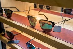 Διάφορος των γυαλιών ήλιων στα ράφια επίδειξης καταστημάτων Στοκ Εικόνες