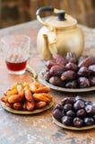 Διάφορος των ξηρού ημερομηνιών ή του kurma σε έναν τρύγο καλύπτει και τσάι στοκ εικόνες με δικαίωμα ελεύθερης χρήσης