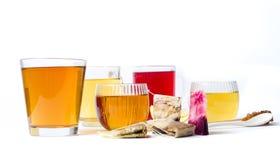 Διάφορο βοτανικό τσάι στα φλυτζάνια γυαλιού στο λευκό Στοκ εικόνα με δικαίωμα ελεύθερης χρήσης