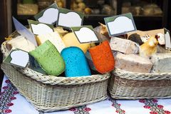 Διάφορο είδος ζωηρόχρωμης πώλησης τυριών Pesto στην αγορά στοκ φωτογραφίες