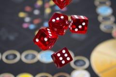 Διάφορο κόκκινο κυλίσματος χωρίζει σε τετράγωνα την πτώση σε έναν πίνακα με το boardgame Στιγμές Gameplay Στοκ Εικόνες