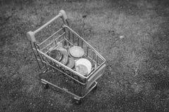Διάφορο μπατ νομισμάτων χρημάτων στο κίτρινο μίνι κάρρο αγορών ή καροτσάκι υπεραγορών που τίθεται στο τσιμεντένιο πάτωμα στη γραπ στοκ εικόνες με δικαίωμα ελεύθερης χρήσης