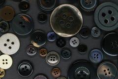 Διάφορο σκοτεινό υπόβαθρο κουμπιών ενδυμάτων στοκ φωτογραφία με δικαίωμα ελεύθερης χρήσης