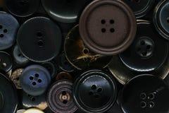 Διάφορο σκοτεινό υπόβαθρο κουμπιών ενδυμάτων στοκ εικόνα με δικαίωμα ελεύθερης χρήσης
