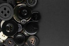 Διάφορο σκοτεινό υπόβαθρο κουμπιών ενδυμάτων στοκ εικόνες