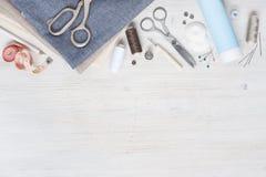Διάφορο ύφασμα και ράβοντας εργαλεία Στοκ εικόνες με δικαίωμα ελεύθερης χρήσης