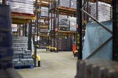 Διάδρομοι μεταξύ των ραφιών αποθήκευσης σε μια αποθήκη εμπορευμάτων διανομής στοκ εικόνες