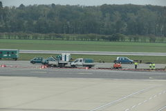Διάδρομος αερολιμένων με το έργο υπό κατασκευή Στοκ εικόνα με δικαίωμα ελεύθερης χρήσης