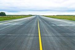 Διάδρομος αερολιμένων λουρίδων οδικής σύστασης ασφάλτου Στοκ εικόνες με δικαίωμα ελεύθερης χρήσης
