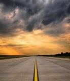 Διάδρομος αερολιμένων στο ηλιοβασίλεμα Στοκ Εικόνα