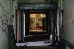 Διάδρομος και γκράφιτι - εγκαταλειμμένα νοσοκομείο/σανατόριο - Νέα Υόρκη στοκ φωτογραφία με δικαίωμα ελεύθερης χρήσης