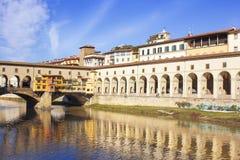 Διάδρομος και Ponte Vecchio πέρα από τον ποταμό Arno, Φλωρεντία Vasari Στοκ Εικόνες