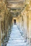 Διάδρομος με τις στήλες στον αρχαίο ναό του ναού Bayon, Cambod Στοκ Φωτογραφία