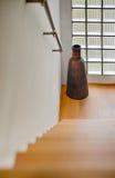 Διάδρομος με το starcase και μακρύ βάζο από το παράθυρο τούβλου γυαλιού Στοκ φωτογραφίες με δικαίωμα ελεύθερης χρήσης