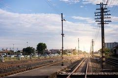 Διάδρομος σιδηροδρόμων Ο Double-track σιδηρόδρομος πηγαίνει στο σταθμό Στοκ Εικόνα