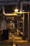 Διάδρομος στις εγκαταστάσεις που φωτίζονται από το λαμπτήρα, δομή χάλυβα σωλήνων Στοκ Εικόνες