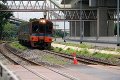 Διά τρέξιμο τραίνων πόλεων SRT στις ράγες στην Ταϊλάνδη, σιδηρόδρομος μετάλλων του τραίνου παράλληλος με το σιδηρόδρομο του ηλεκτ στοκ εικόνα