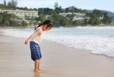 Διέγερση του ασιατικού κοριτσιού παιδιών ενώ έρχεται για να παίξει την άμμο και τη θάλασσα στην παραλία στις διακοπές στοκ εικόνες με δικαίωμα ελεύθερης χρήσης