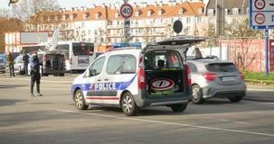 Διέλευση συνόρων ζουμ μέτρων ασφάλειας σημαδιών αυτοκινήτων της Γαλλίας αστυνομίας έξω απόθεμα βίντεο