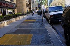 Διέξοδοι υπογείων στο πεζοδρόμιο πόλεων της Νέας Υόρκης στοκ εικόνες