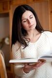 Διαβάζει το βιβλίο Στοκ εικόνες με δικαίωμα ελεύθερης χρήσης