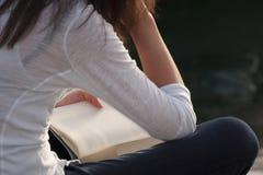 Διαβάζοντας ένα βιβλίο υπαίθρια Στοκ Εικόνες