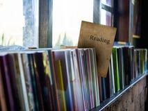 Διαβάζοντας στη σημαντική κάλυψη βιβλίων, στο ράφι, το conce εκπαίδευσης Στοκ εικόνα με δικαίωμα ελεύθερης χρήσης
