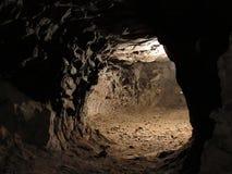 Διαβάσεις μέσα σε ένα σκοτεινό ορυχείο Στοκ φωτογραφίες με δικαίωμα ελεύθερης χρήσης