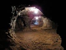 Διαβάσεις μέσα σε ένα σκοτεινό ορυχείο στοκ φωτογραφία με δικαίωμα ελεύθερης χρήσης