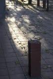Διαβάσεις πεζών σε μια σκιερή πλευρά της οδού Στοκ φωτογραφία με δικαίωμα ελεύθερης χρήσης