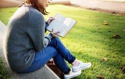 Διαβάστε την εκπαίδευση ανάγνωσης μαθαίνοντας μελετώντας την έννοια στοκ εικόνα με δικαίωμα ελεύθερης χρήσης