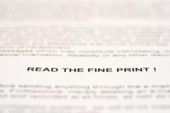 Διαβάστε τη λεπτή τυπωμένη ύλη Στοκ φωτογραφία με δικαίωμα ελεύθερης χρήσης