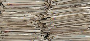 Διαβάστε τις εφημερίδες έτοιμες για τους επεξεργαστές παραγωγής εγγράφου χρησιμοποιούμενους Στοκ εικόνα με δικαίωμα ελεύθερης χρήσης