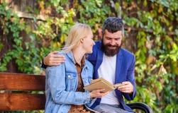 Διαβάστε το ίδιο βιβλίο από κοινού Ενδιαφερόμενη ζεύγος λογοτεχνία Κοινό ενδιαφέρον λογοτεχνίας πώς να βρεί τη φίλη με κοινό στοκ φωτογραφία με δικαίωμα ελεύθερης χρήσης