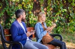 Διαβάστε το βιβλίο στον ευχάριστο ελεύθερο χρόνο πάρκων Ενδιαφέρουσα λογοτεχνία Έννοια χόμπι ανάγνωσης Η γυναίκα διάβασε το βιβλί στοκ φωτογραφία με δικαίωμα ελεύθερης χρήσης