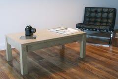Διαβίωση ή εσωτερικό δωμάτιο γραφείων με το δέρμα Armhair και τον πίνακα Στοκ Φωτογραφίες