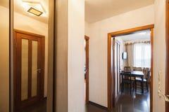 Διαβίωση οριζόντια εσωτερική, διάδρομος με τη ανοιχτή πόρτα στοκ εικόνες