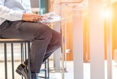 Διαβασμένη επιχειρηματίας εφημερίδα στην καρέκλα στοκ εικόνα με δικαίωμα ελεύθερης χρήσης