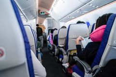 Διαβασμένο επιβάτης βιβλίο συμμετοχής στο κάθισμα αεροπλάνων στοκ φωτογραφίες με δικαίωμα ελεύθερης χρήσης