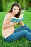 διαβασμένο κορίτσι εγχ&epsilon στοκ εικόνες με δικαίωμα ελεύθερης χρήσης