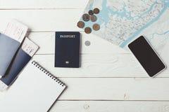 Διαβατήρια με τα εισιτήρια και χρήματα με το χάρτη Στοκ φωτογραφίες με δικαίωμα ελεύθερης χρήσης