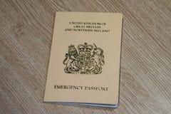 Διαβατήριο έκτακτης ανάγκης που διανέμεται σε έναν βρετανικό πολίτη από το βρετανικό προξενείο μέσα στοκ φωτογραφία