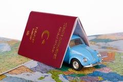Διαβατήριο, αυτοκίνητο παιχνιδιών και παγκόσμιος χάρτης Στοκ Εικόνες