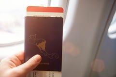 Διαβατήριο εκμετάλλευσης χεριών με το εισιτήριο πτήσης Στοκ Εικόνα