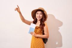 Διαβατήριο και δάχτυλο ταξιδιωτικής εκμετάλλευσης γυναικών που δείχνουν επάνω στοκ φωτογραφία με δικαίωμα ελεύθερης χρήσης