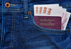 Διαβατήριο και χρήματα της Ταϊλάνδης στην τσέπη του Jean Στοκ φωτογραφία με δικαίωμα ελεύθερης χρήσης