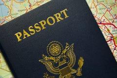 Διαβατήριο με τα σύμβολα των Ηνωμένων Πολιτειών της Αμερικής. Στοκ Φωτογραφία