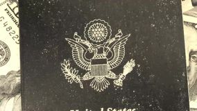 Διαβατήριο με την αμερικανική παλαιά ταινία νομίσματος απόθεμα βίντεο